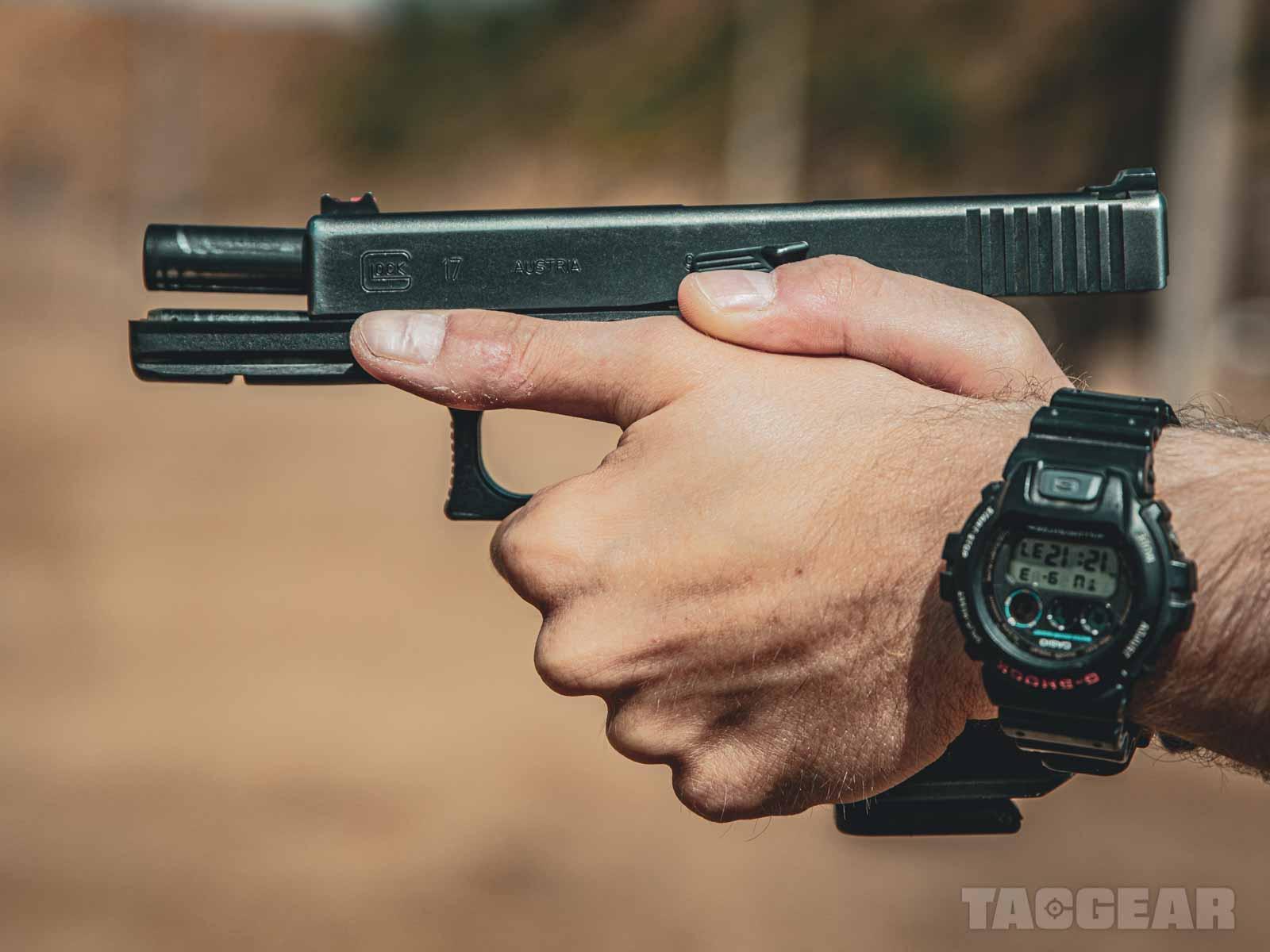 Lepszym wgmnie chwytem jest ten, wktórymkciuki trzymamy równolegle naszkielecie broni.